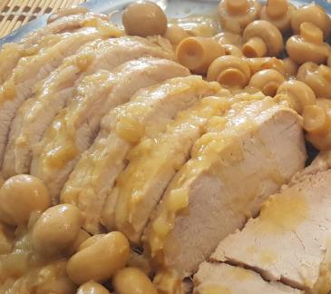 Arrosto di maiale e funghi con vino bianco e salsa di senape