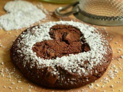 Torta al cioccolato morbido con pezzi di cioccolato